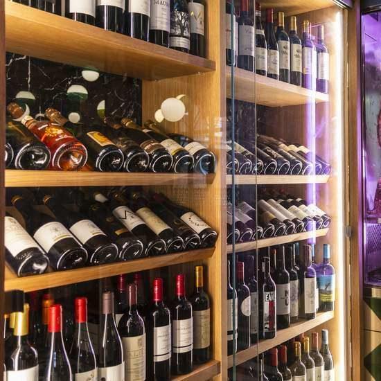 vitrina con vinos