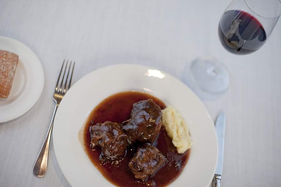 plato con carne y cubiertos