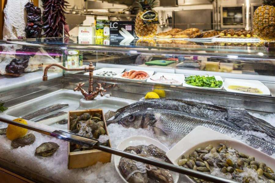 vitrina con pescados frescos