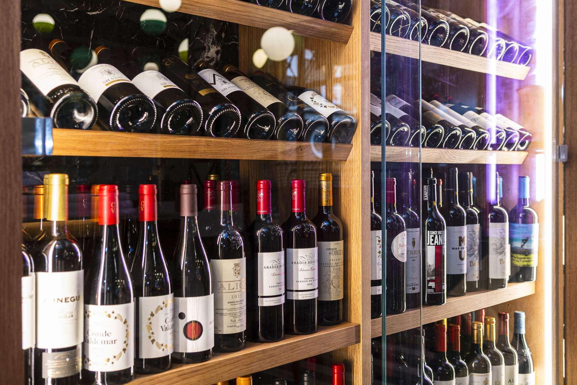 estantes con vinos